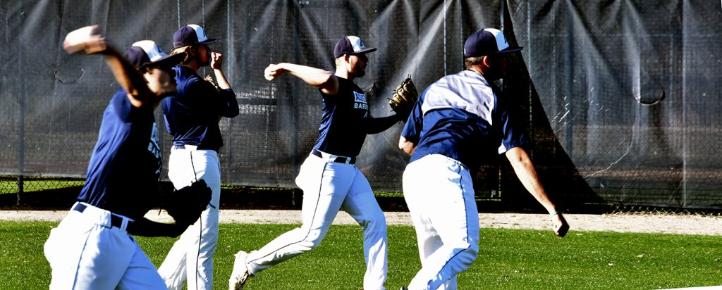Baseball players throwing